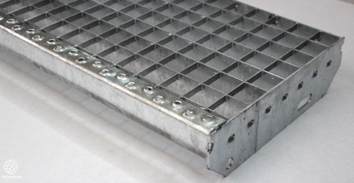 Schodišťový stupeň - P - lisovaný - ocel, žárový zinek / 33 x 33 / 30 x 2 / 600 x 270 mm