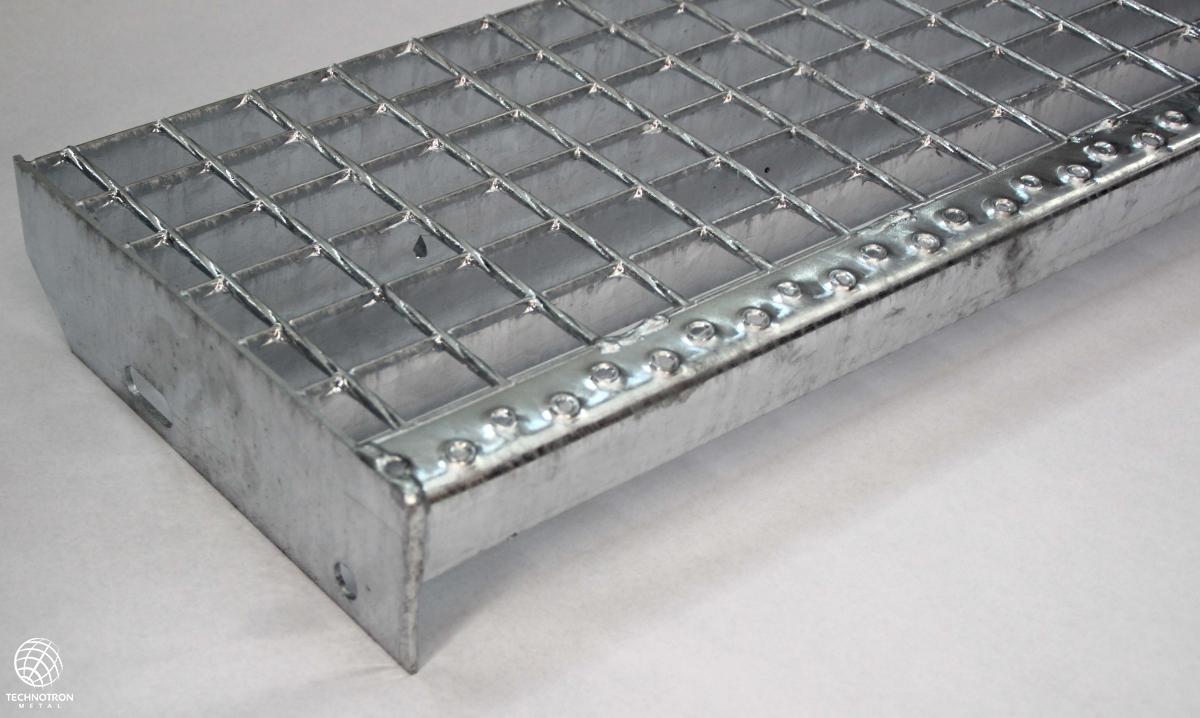Schodišťový stupeň - SP - svařovaný - ocel, žárový zinek / 34 x 38 / 30 x 2 / 600 x 270 mm