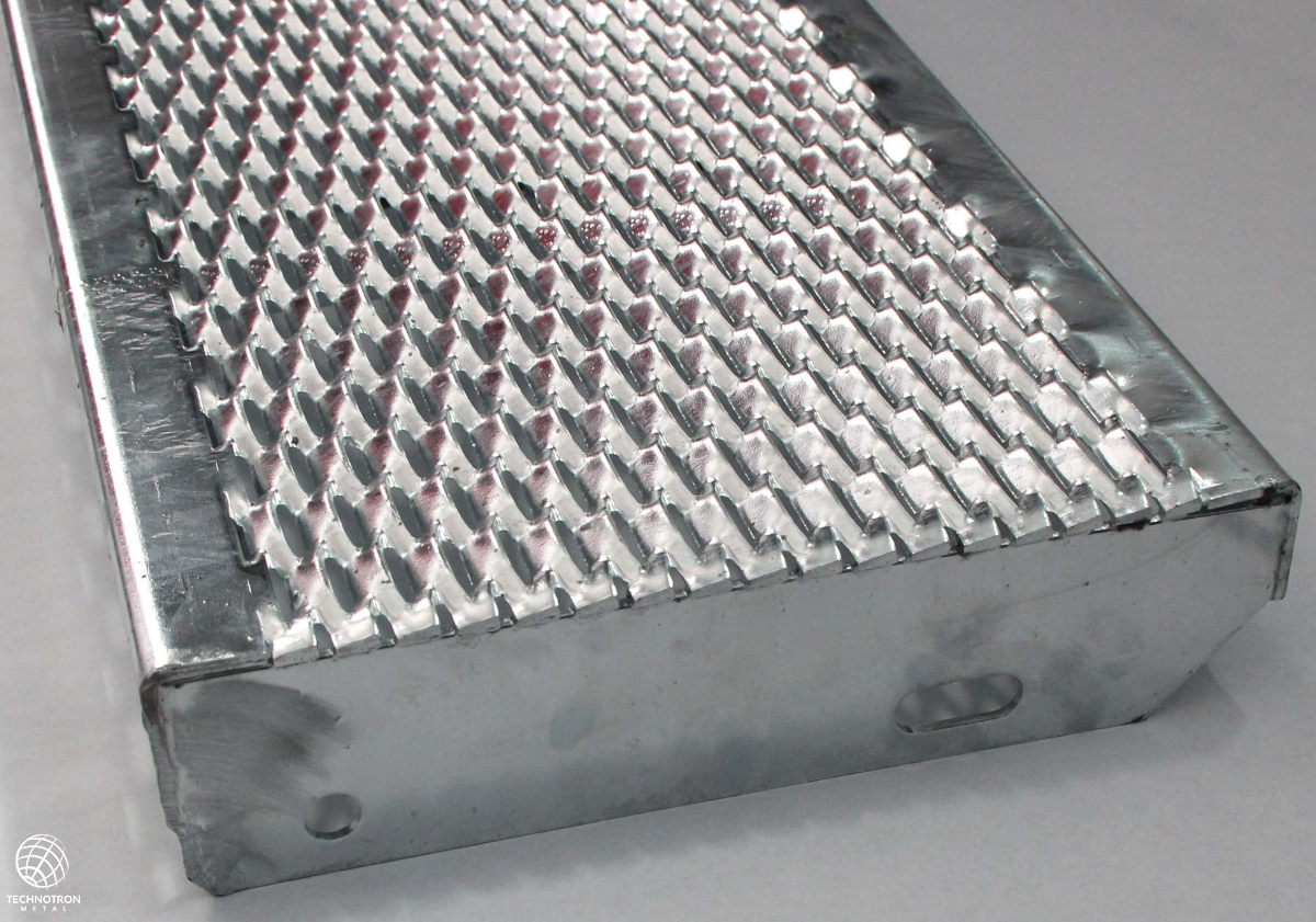 Schodišťový stupeň Public - tahokovový - ocel, žárový zinek / 47x13x5x3 mm / 1000 x 240 mm