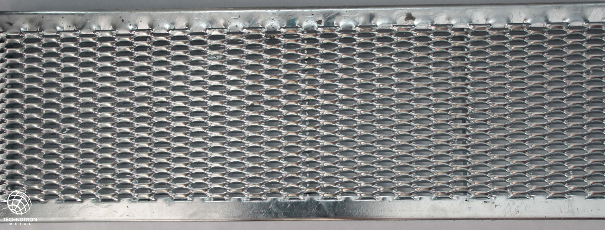 Schodišťový stupeň Public - tahokovový - ocel, žárový zinek / 47x13x5x3 mm / 1200 x 240 mm