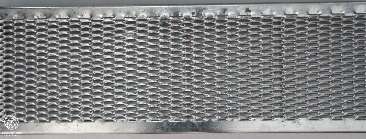 Schodišťový stupeň Public - tahokovový - ocel, žárový zinek / 47x13x5x3 mm / 600 x 240 mm