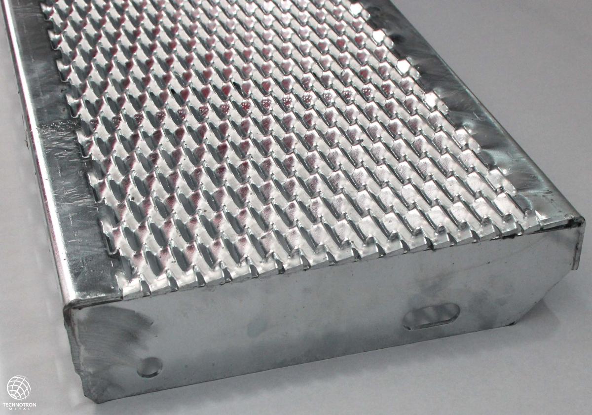 Schodišťový stupeň - tahokovový - ocel, žárový zinek / 47x13x5x3 mm / 600 x 305 mm