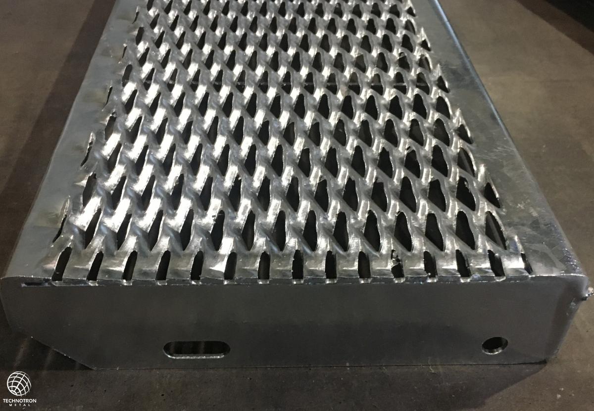 Schodišťový stupeň - tahokovový - ocel, žárový zinek / 62,5x15x5x3 mm / 1200 x 240 mm